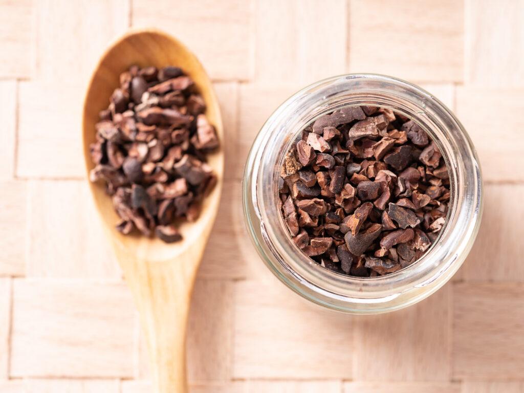 カカオニブ。 お店で丁寧に焙煎し作ったカカオニブ。とても栄養価が高く、お菓子の食材やトッピング、ドレッシングの材料として様々なものにお使いいただけます。