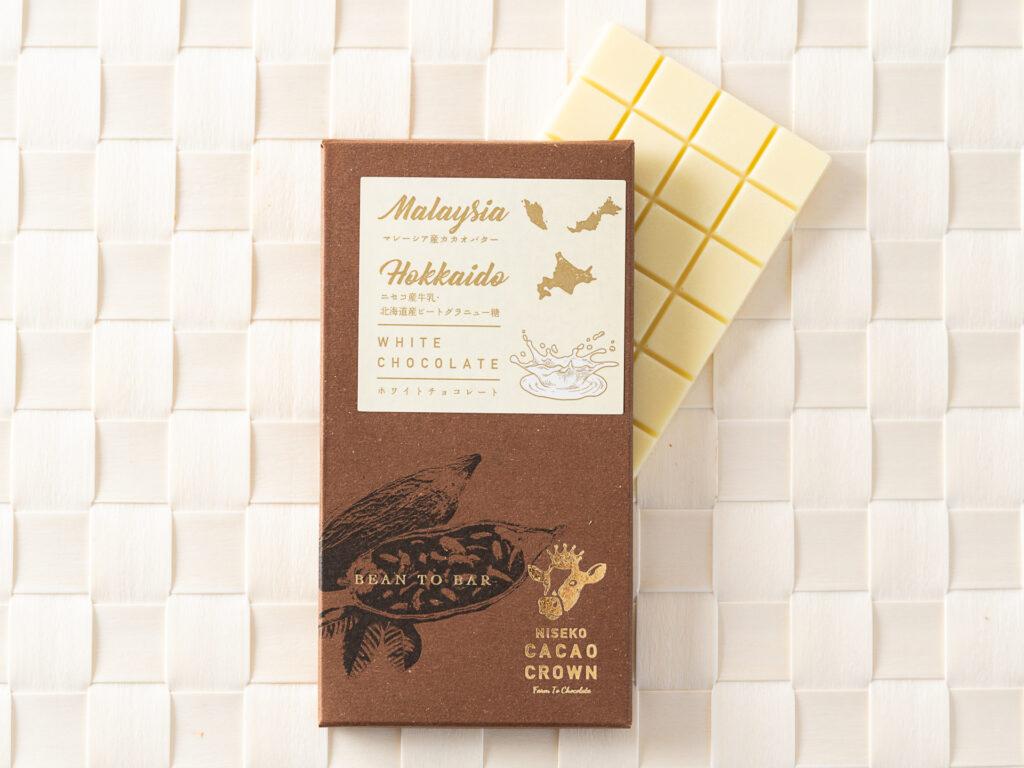 マレーシア産カカオバターとニセコ髙橋牧場の牛乳をふんだんに使用。 甘さを控え、牛乳の風味を最大限に引き出し、優しいミルクの甘さが広がります。